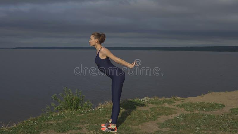 Mujer de la yoga en la ropa de deportes, concentración de la energía fotos de archivo libres de regalías