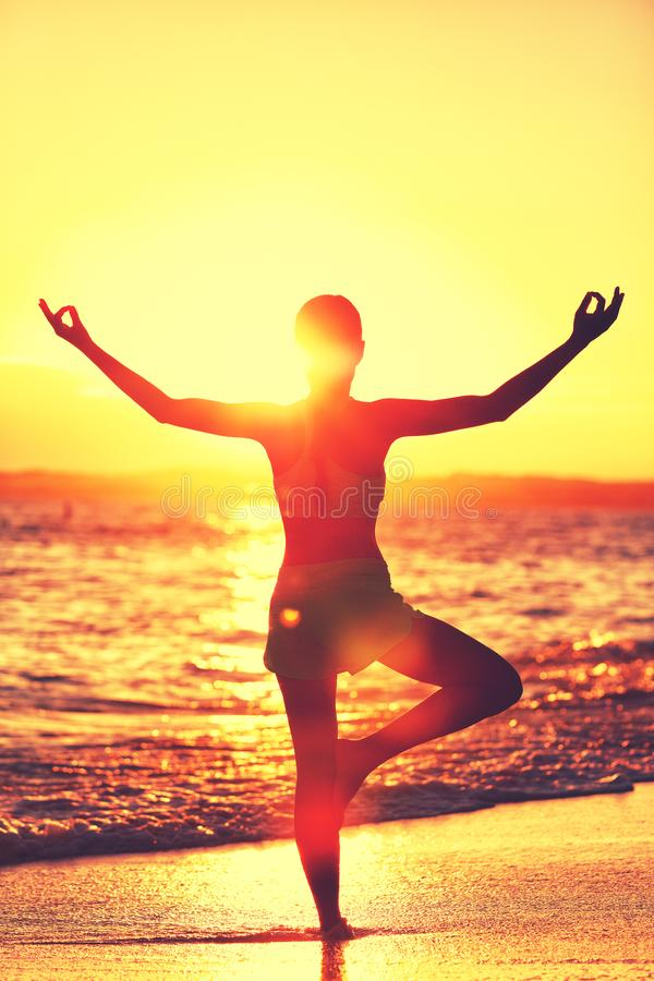Mujer de la yoga que hace la meditación de la playa de la mañana fotografía de archivo libre de regalías