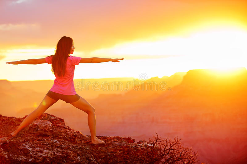 Mujer de la yoga que medita en la puesta del sol en Grand Canyon imagen de archivo