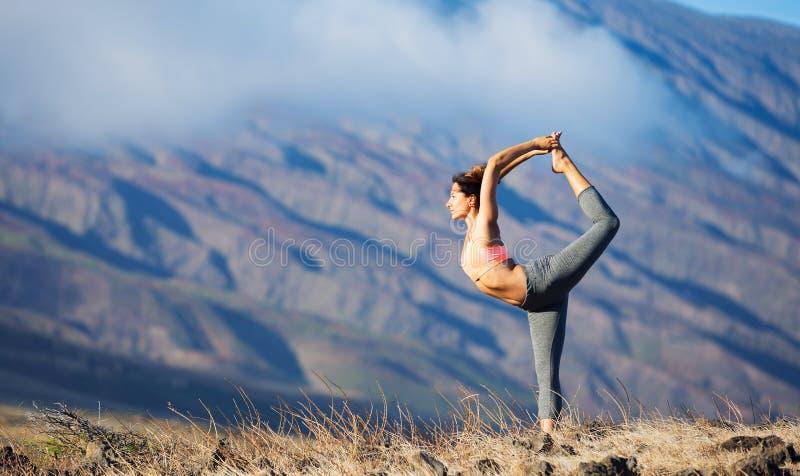 Mujer de la yoga que practica en una playa imagenes de archivo
