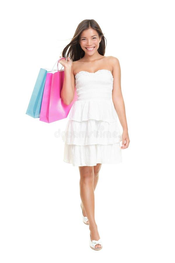 Mujer de las compras en alineada del verano imagen de archivo