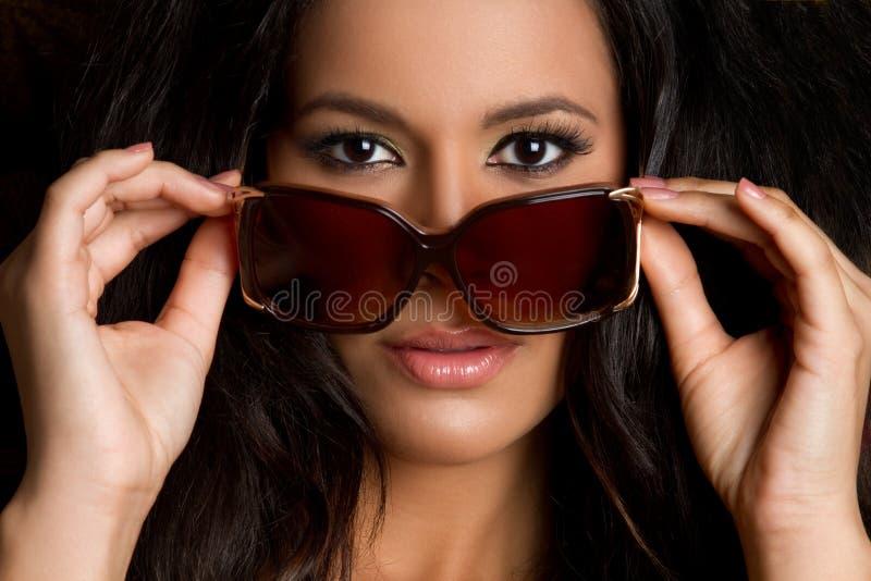 Mujer de las gafas de sol imagenes de archivo