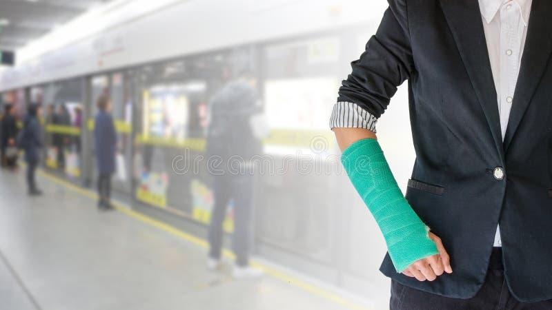 Mujer de lesión con el verde echado a mano y brazo en la falta de definición de movimiento en t fotos de archivo