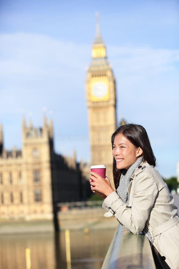 Mujer de Londres feliz por el café de consumición de Big Ben foto de archivo libre de regalías