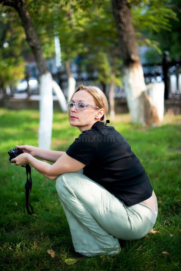 Mujer de los años medios imagen de archivo