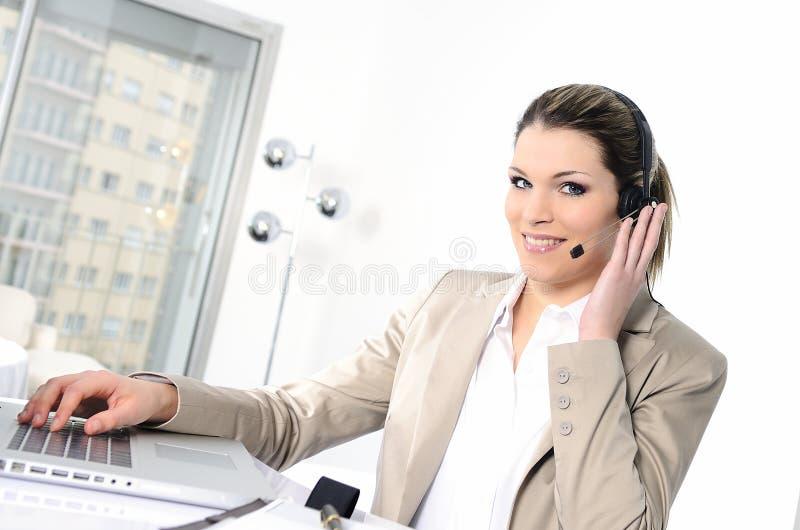 Mujer de los auriculares imágenes de archivo libres de regalías