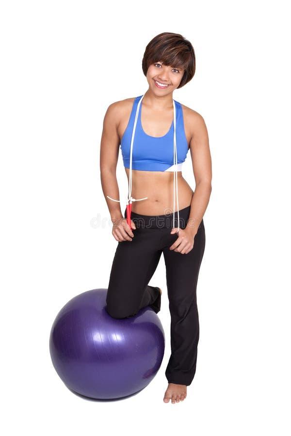 mujer de los deportes con la banda del estiramiento y la bola del ajuste imagenes de archivo