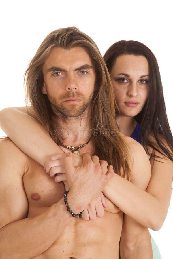 Mujer de los pares detrás del hombre ningún cierre de la camisa serio foto de archivo libre de regalías