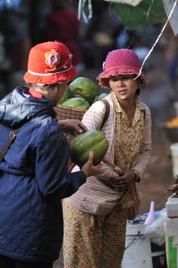 Mujer de los pobres de Asia del mercado de la comida fotografía de archivo