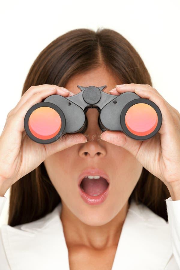 Mujer de los prismáticos que parece sorprendida imágenes de archivo libres de regalías