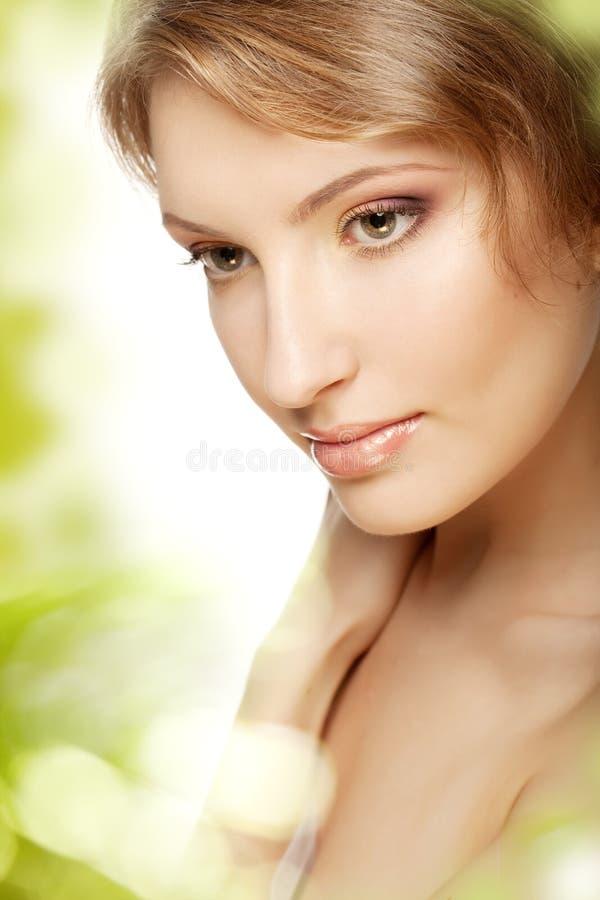 Mujer de lujo con un maquillaje hermoso imagen de archivo