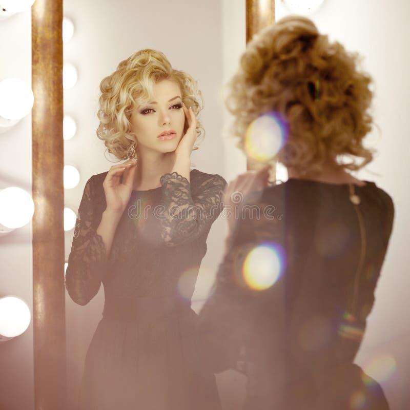 Mujer de lujo con y espejo imagenes de archivo