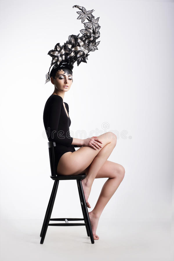 Mujer de lujo en Headwear metálico surrealista imagen de archivo