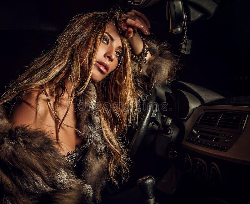 Mujer de lujo en un coche. fotos de archivo libres de regalías