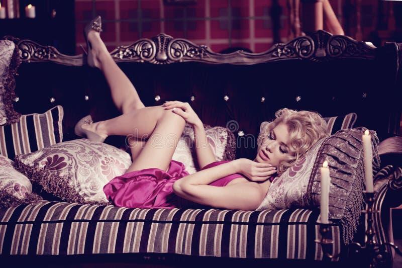 Mujer de lujo Mujer bonita delgada de moda joven en el dormitorio fotografía de archivo