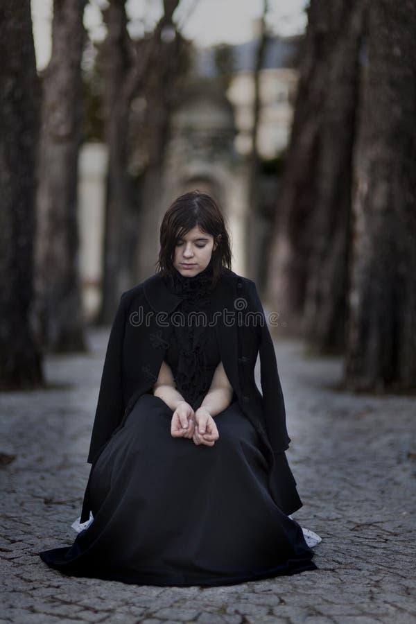 Mujer de luto fotografía de archivo