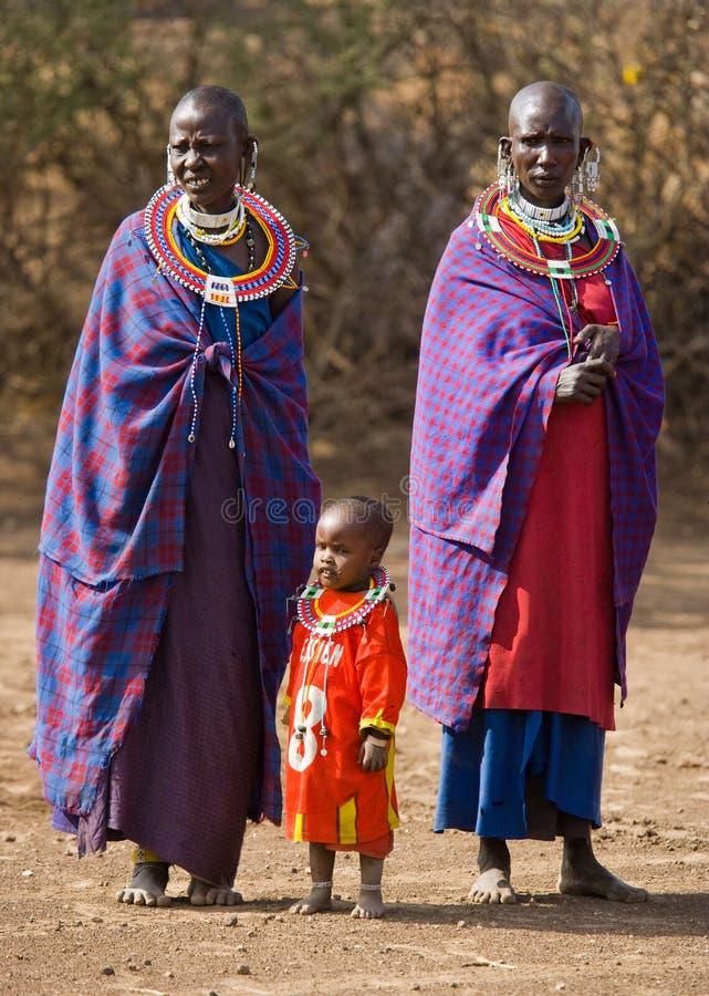 Mujer de Maasai en ropa tradicional imagenes de archivo