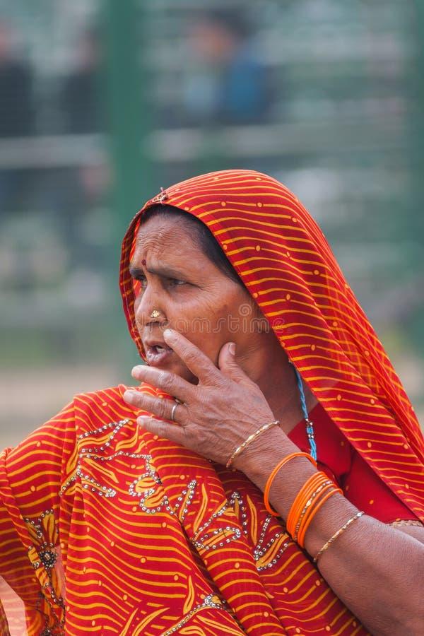 Mujer de mediana edad con la bufanda principal anaranjada fotos de archivo libres de regalías