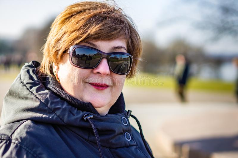 Mujer de mediana edad en gafas de sol imágenes de archivo libres de regalías
