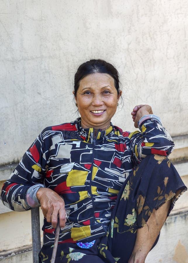 Mujer de mediana edad encantadora en Vietnam central imagen de archivo