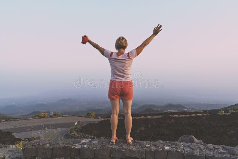 Mujer de mediana edad feliz con las manos aumentadas foto de archivo libre de regalías