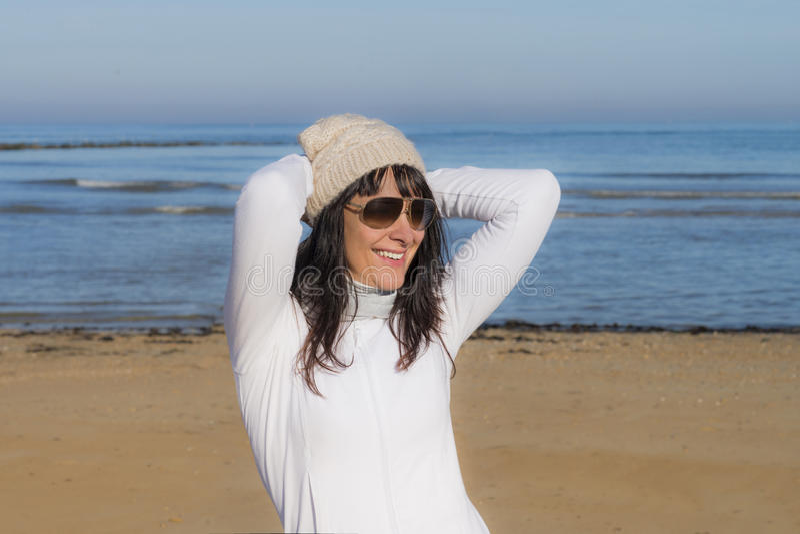 Mujer de mediana edad feliz en la playa fotografía de archivo libre de regalías