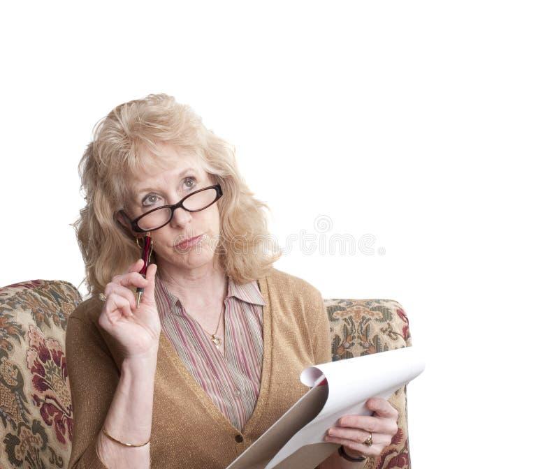 Mujer de mediana edad que parece dejada perplejo fotografía de archivo