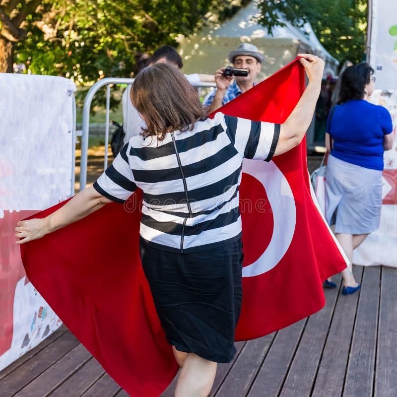 Mujer de mediana edad que sostiene la bandera de Turquía fotografía de archivo libre de regalías