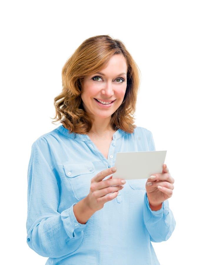 Mujer de mediana edad sonriente amistosa aislada en el fondo blanco fotos de archivo libres de regalías