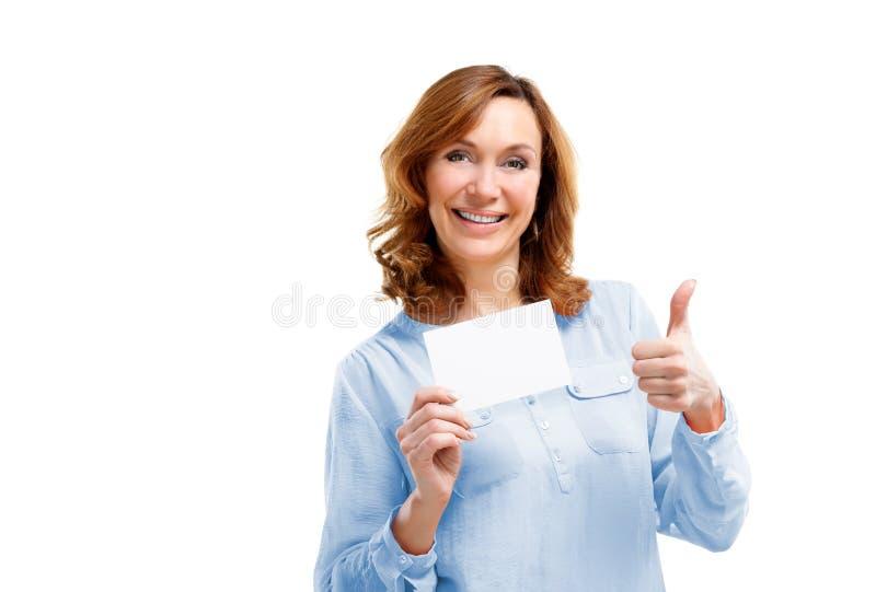Mujer de mediana edad sonriente amistosa aislada en el fondo blanco imágenes de archivo libres de regalías