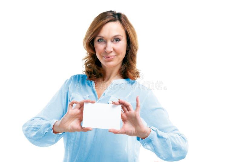 Mujer de mediana edad sonriente amistosa aislada en el fondo blanco imagen de archivo libre de regalías