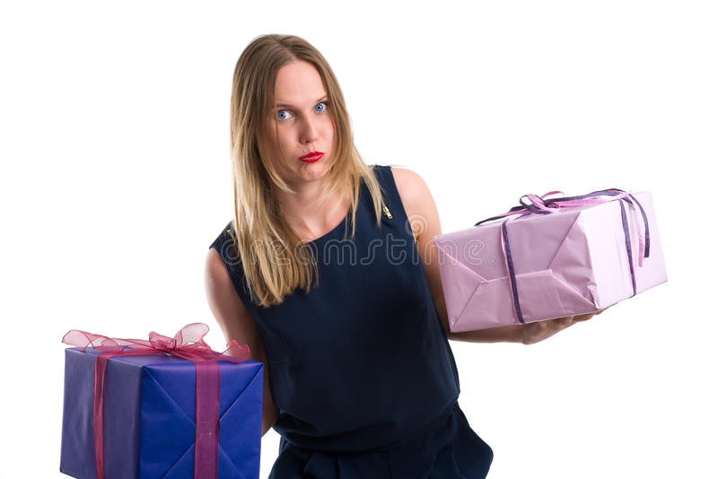 Mujer de mirada contrariedad que lleva los paquetes pesados del regalo imagenes de archivo