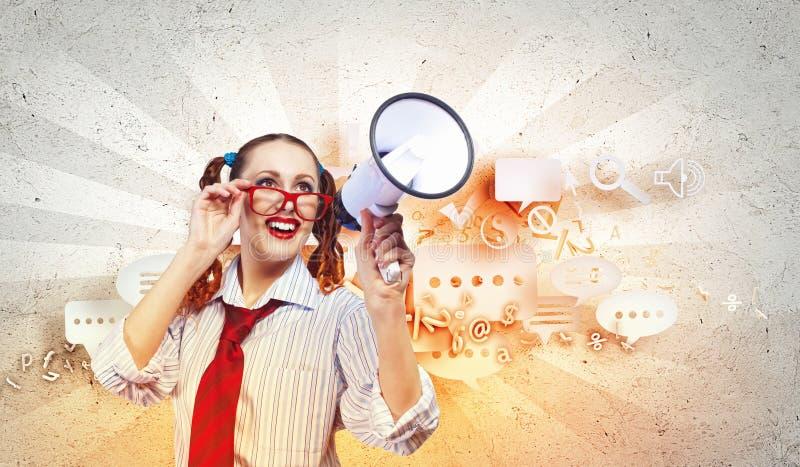 Mujer de mirada divertida con el megáfono fotos de archivo libres de regalías