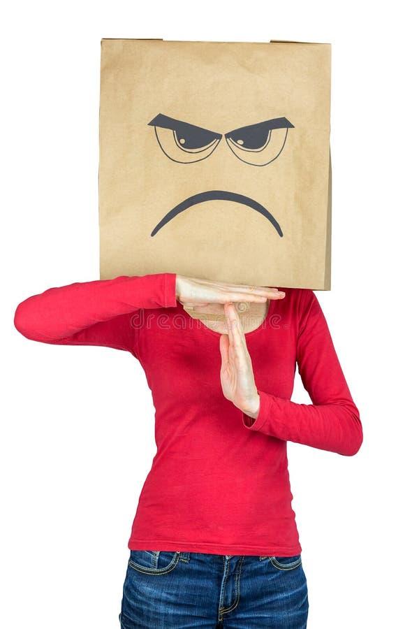 Mujer de mirada enojada que hace el gesto de tiempo foto de archivo