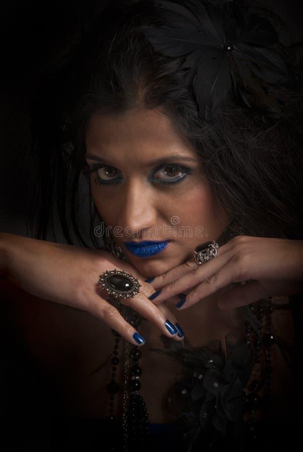 Mujer de mirada malvada en azul y negro fotografía de archivo libre de regalías