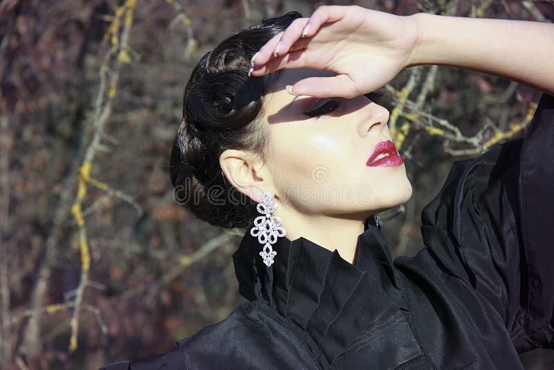 Mujer de Misteriouse con los labios rojos foto de archivo libre de regalías