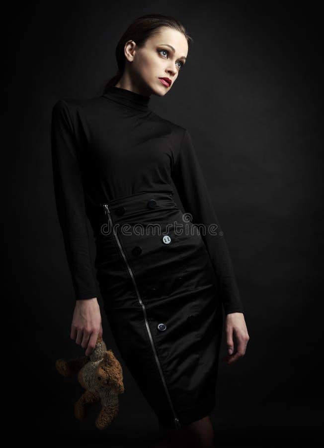 Mujer de moda con el oso de peluche del juguete fotos de archivo