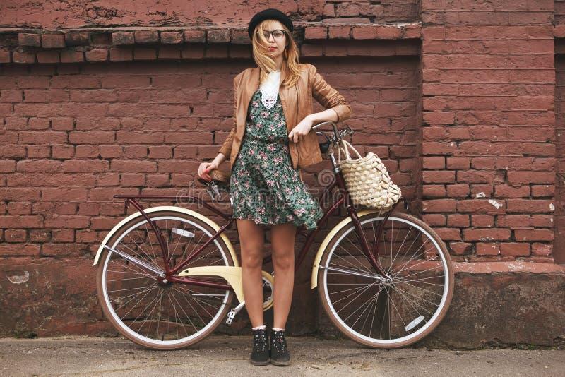 Mujer de moda con la bici del vintage fotos de archivo libres de regalías