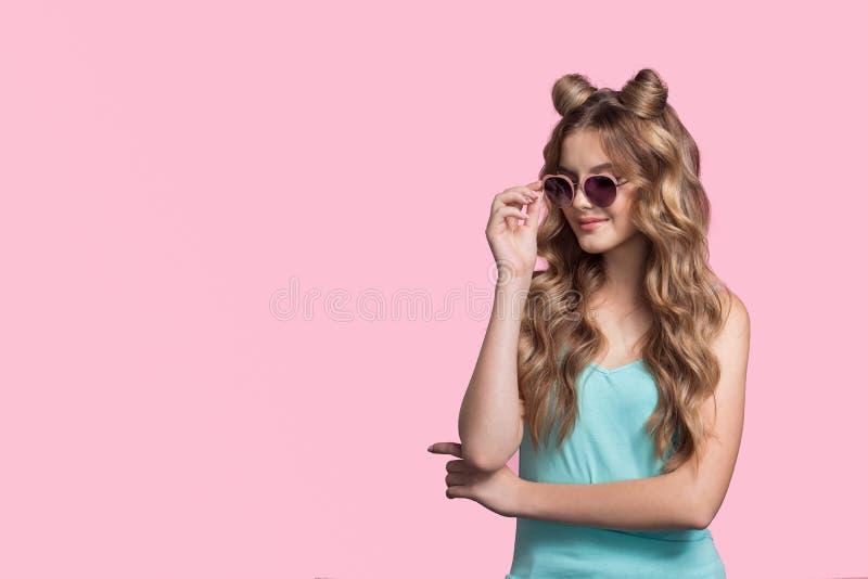 Mujer de moda con los soportes largos del pelo rizado fotografía de archivo