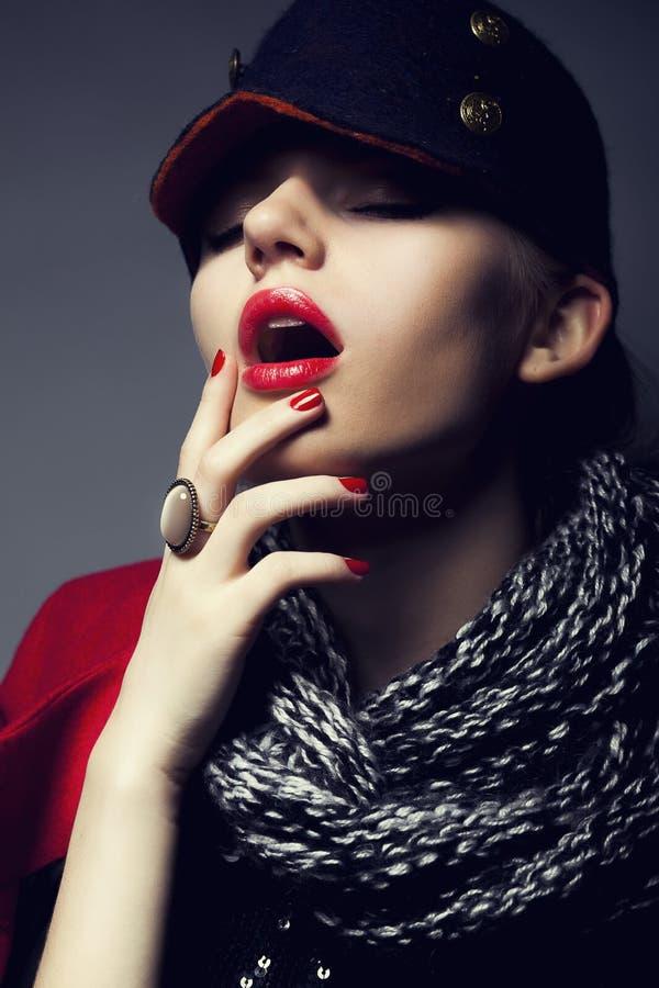Mujer de moda de la manera en el casquillo moderno - con estilo haga imagenes de archivo