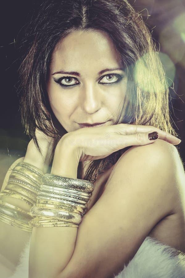 Download Mujer De Moda Elegante Con La Joyería De Plata Sobre Flama Del Sol Imagen de archivo - Imagen de belleza, lindo: 44853877