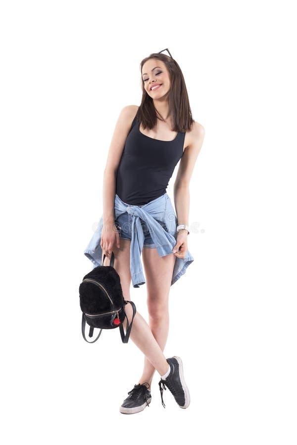 Mujer de moda elegante juguetona encantadora en ropa casual del verano con el bolso mullido de la felpa foto de archivo