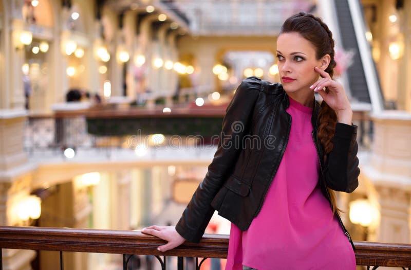 Mujer de moda en el centro comercial imagenes de archivo