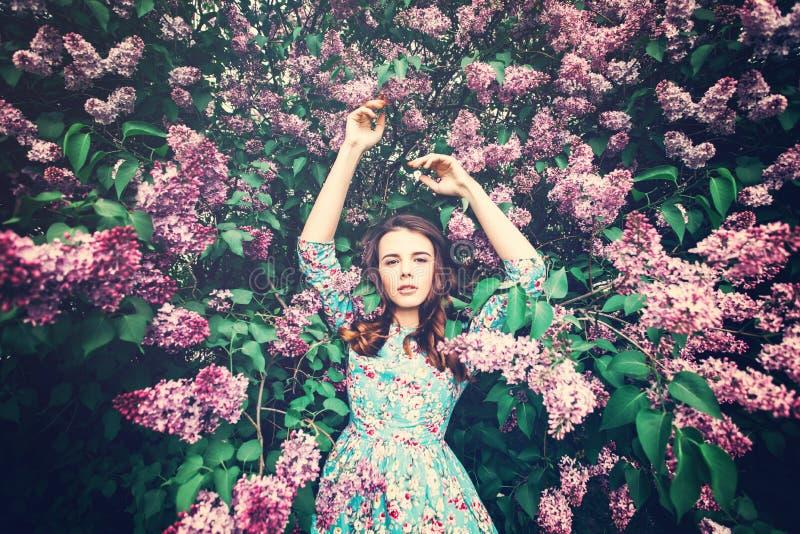 Mujer de moda en fondo floral del flor fotografía de archivo libre de regalías