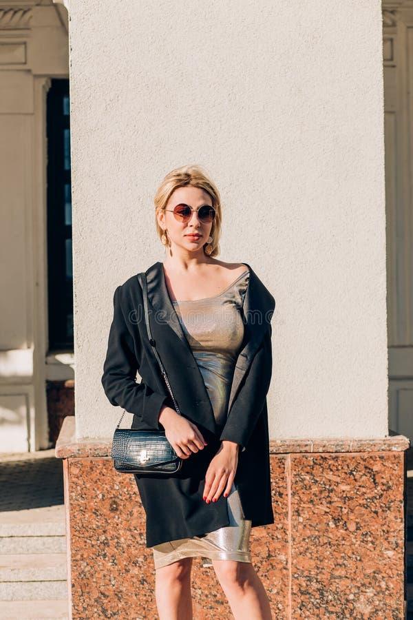 Mujer de moda en la calle de la ciudad foto de archivo libre de regalías