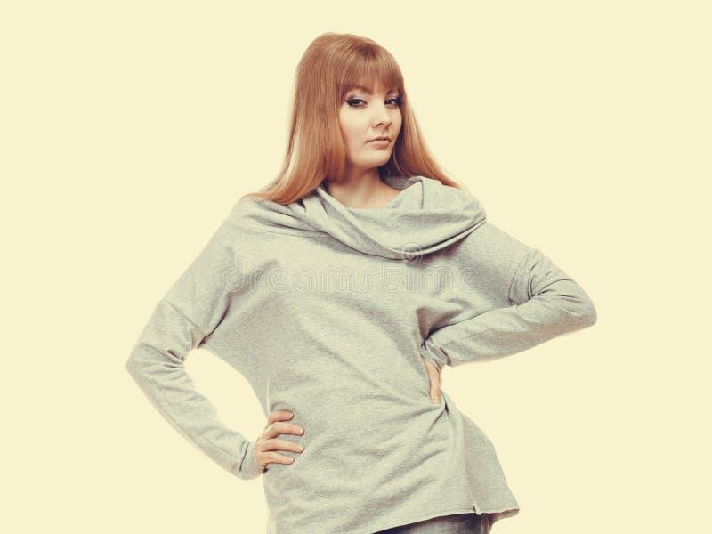 Mujer de moda en retrato gris de la blusa foto de archivo