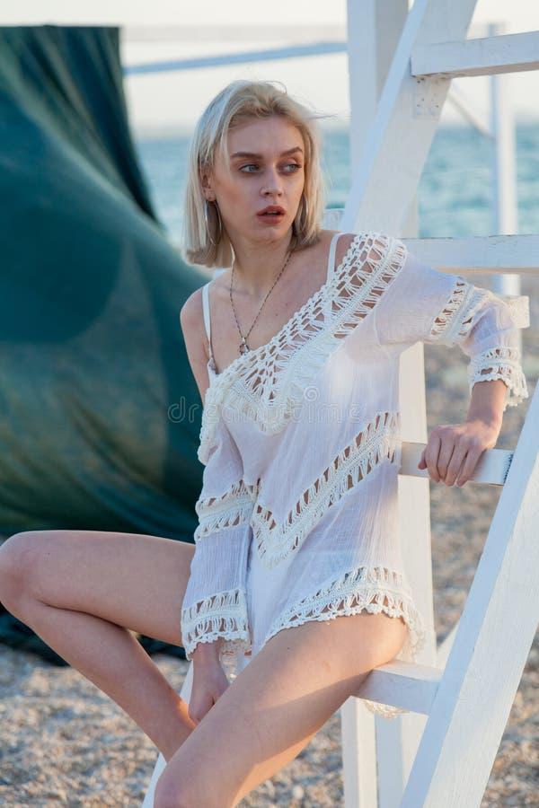 Mujer de moda hermosa en bañador en el océano de la playa fotografía de archivo