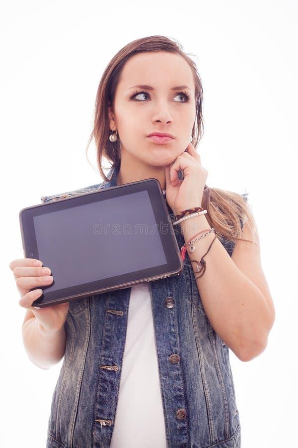 Mujer de moda joven con la nueva tableta aislada en el fondo blanco. imagen de archivo