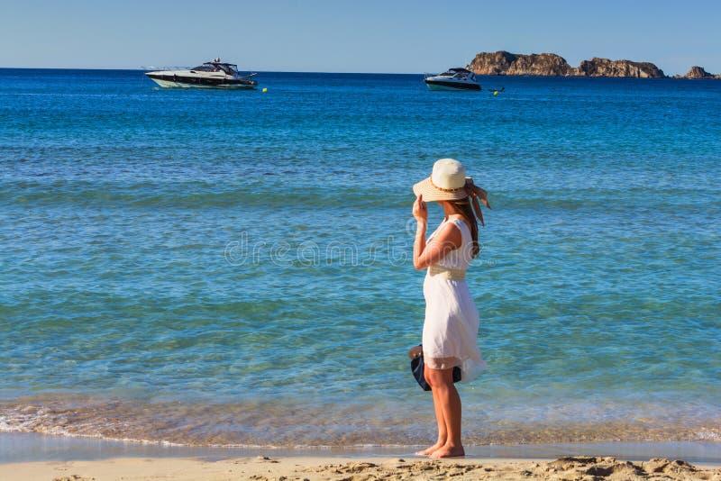 Mujer de moda joven relajarse en la playa foto de archivo