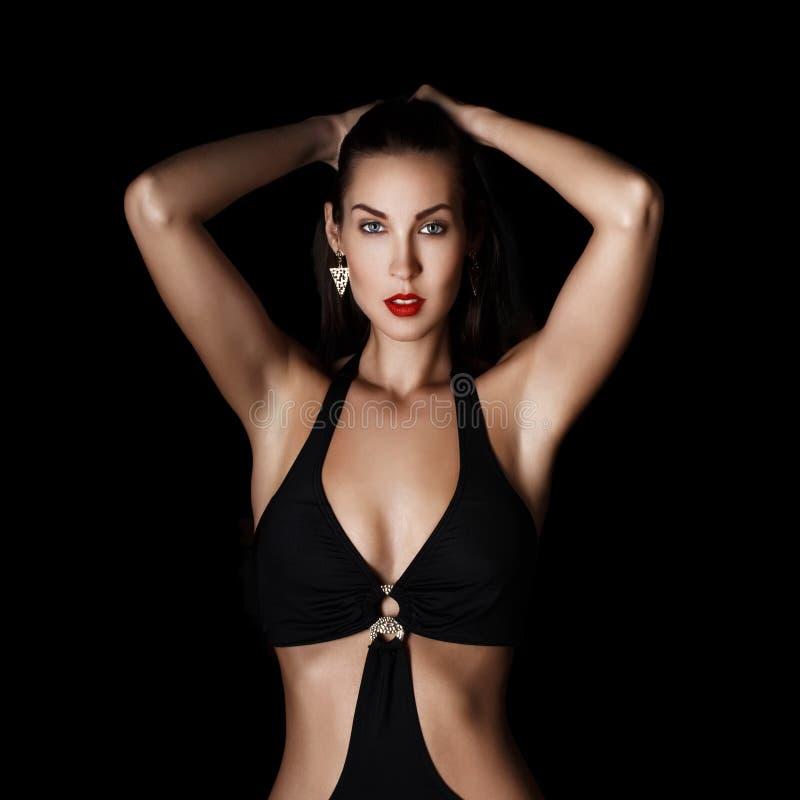 Mujer de moda morena atractiva en la noche imagen de archivo libre de regalías